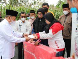 Bupati AWR Salurkan Bantuan untuk Korban Kebakaran di Kamang Magek